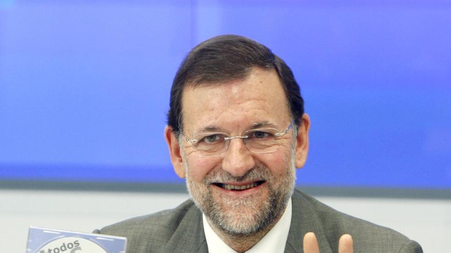 Mariano Rajoy con un CD de 'Todos contra el canon' durante una reunión en enero de 2008 con las asociaciones contrarias a este modelo. EFE/J.J. Guillén