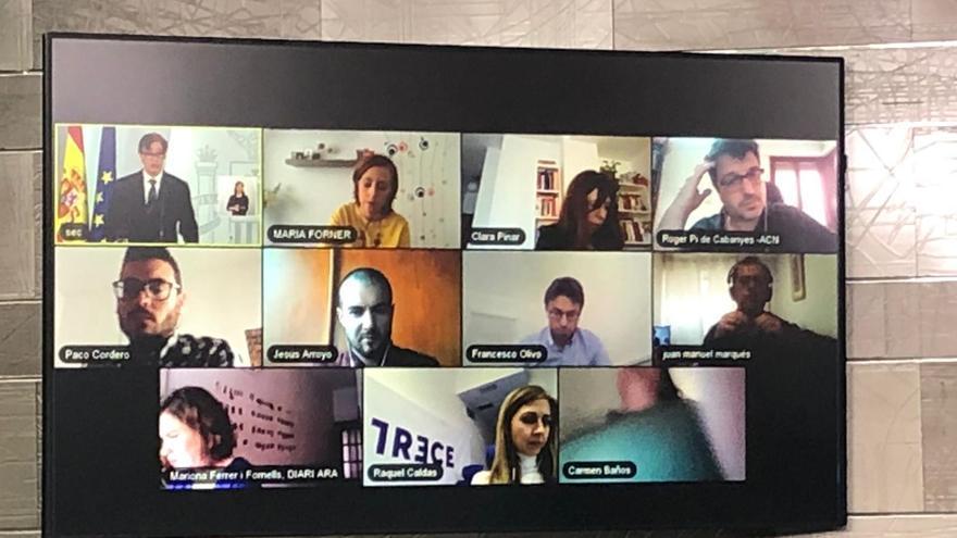Periodistas durante la rueda de prensa con preguntas en directo en Moncloa.