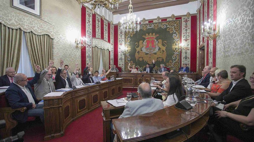 El popular Luis Barcala preside el pleno del Ayuntamiento de Alicante