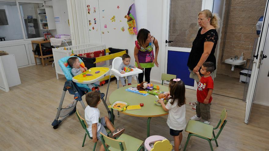 Los cinco alumnos de la escuela infantil de Siétamo, junto a Patricia Buil y Antonia España, directora y técnico auxiliar