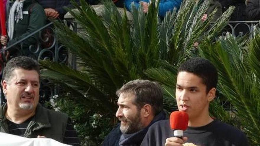 Emilio Cao interviene en una manifestación convocada en su apoyo en O Carballiño