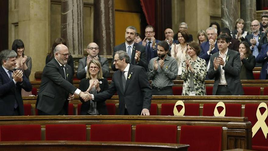 Quim Torra es aplaudido por los diputados de JxCat y ERC tras su intervención ante el pleno del Parlament,