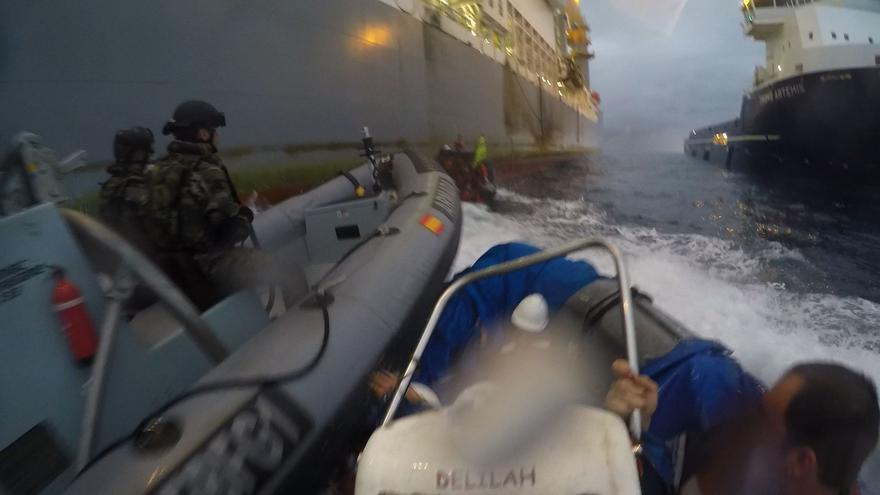 Momento en el que la Armada Española embiste contra las lanchas de Greenpeace