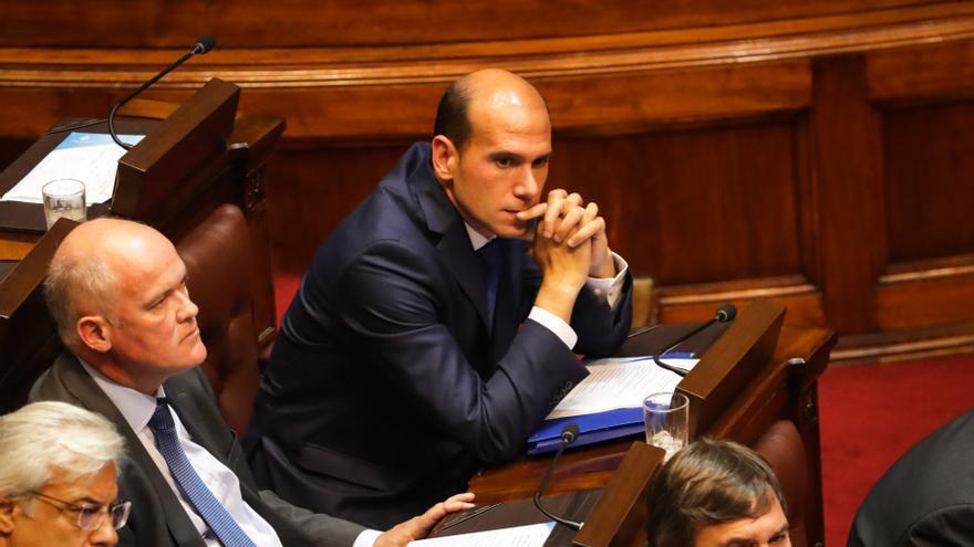 Ministro uruguayo asume tras cesar polémica por familiar en alto cargo