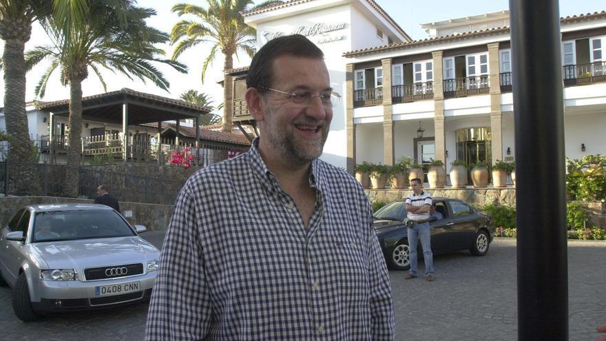 Mariano Rajoy en las puertas del Seaside Grand Hotel Residencia en 2004