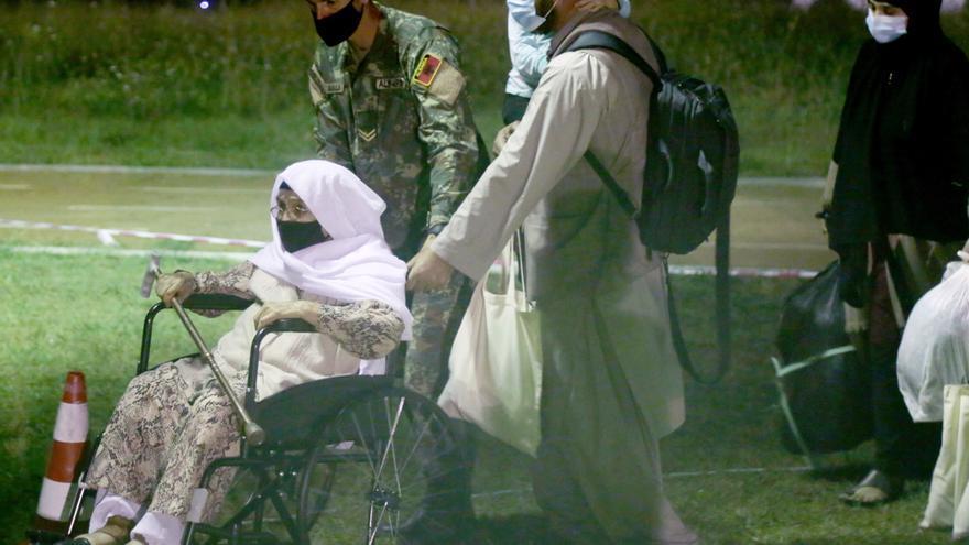 Llega a Albania nuevo contingente de 150 refugiados afganos
