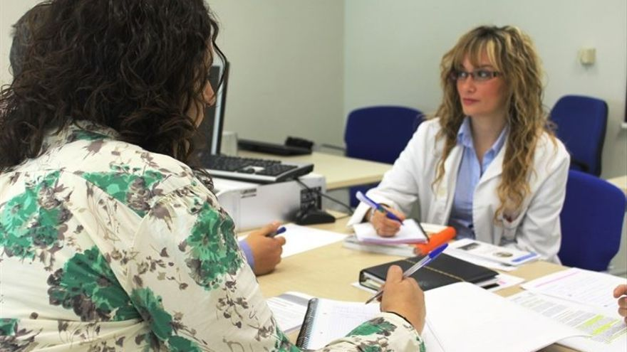 Una doctora pasa consulta en un centro de salud.