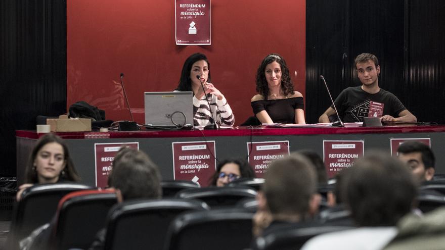 Asamblea de estudiantes para organizar un referéndum sobre la monarquía en la UAM. / Olmo Calvo