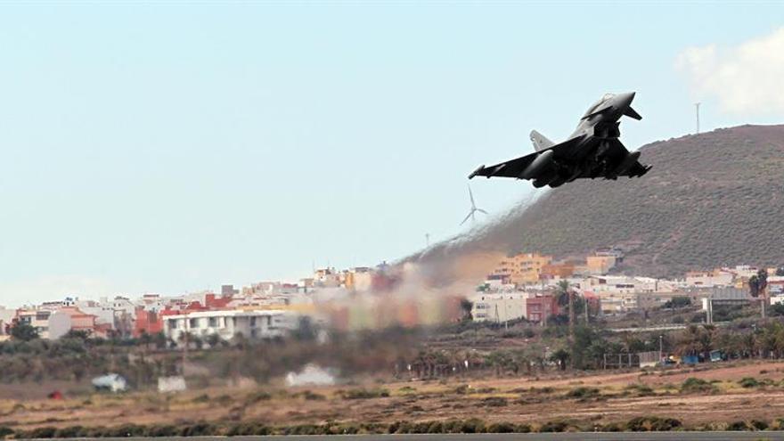 Despegue de un Eurofighter en la base aérea de Gando, en Gran Canaria. (EFE/Elvira Urquijo A.)