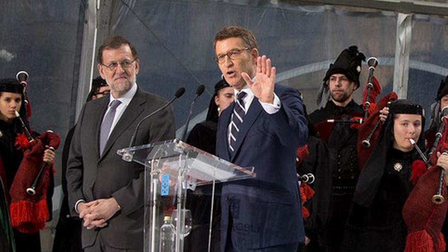 Rajoy observa a Feijóo en la toma de posesión del presidente de la Xunta en 2016