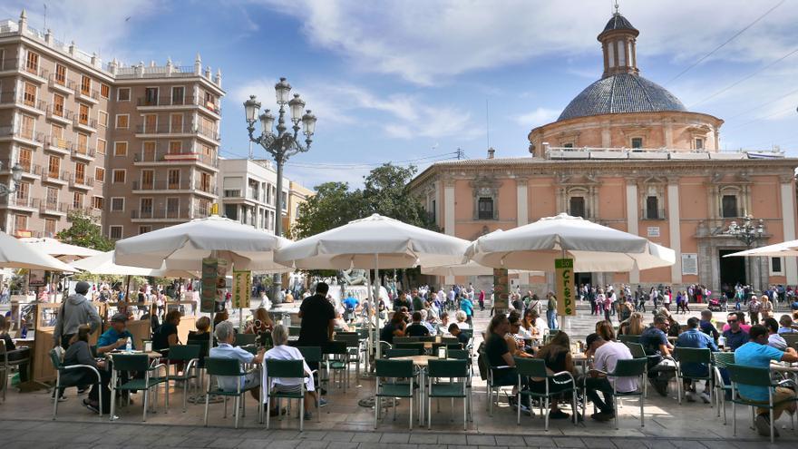 Turistas inundan las terrazas de la plaza de la Virgen en Valencia
