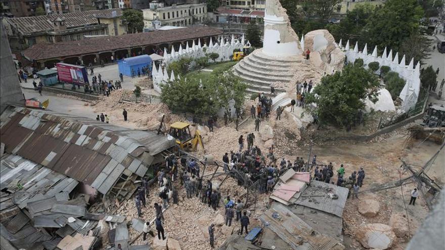 Terremoto en Nepal. Elevan-muertos-terremoto-Nepal_EDIIMA20150426_0045_4