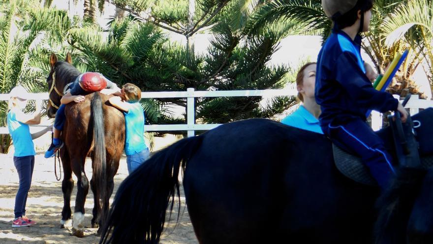 Un momento de la terapia ecuestre que imparte Aftec en El Cortijo.