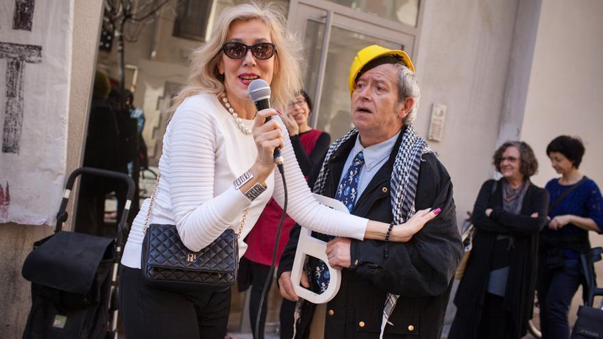 La representante de las protitutas indignadas debate con un actor que se parece al alcalde Xavier Trias, foto: Enric Català