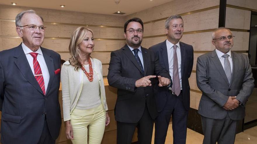 El presidente del PP en Canarias, Asier Antona (c), tras reunirse con la Confederación Canaria de Empresarios, encabezada por su presidente, Agustín Manrique de Lara (2d).