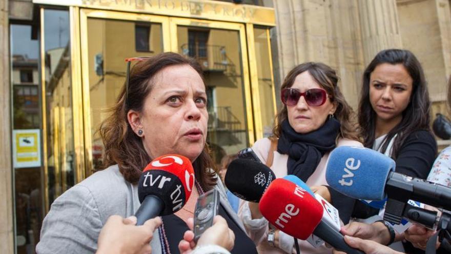 La diputada de IU La Rioja, Henar Moreno, atiende a los medios de comunicación tras la reunión de la Mesa del Parlamento regional celebrada este martes.