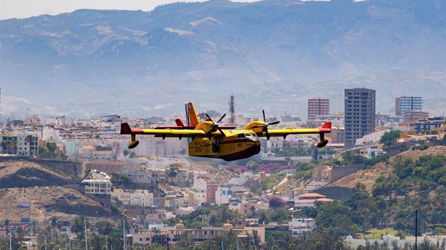 Uno de los cuatro hidroaviones que trabajan en el incendio de Gran Canaria tras cargar agua en la bahía de la capital grancanaria. EFE/Ángel Medina G.