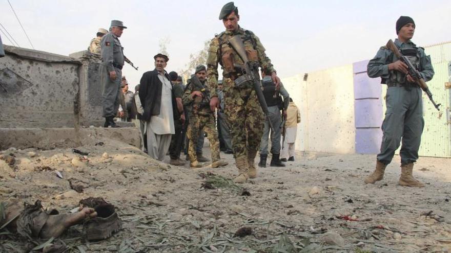 Mueren dos policías en un atentado suicida con coche bomba en Afganistán