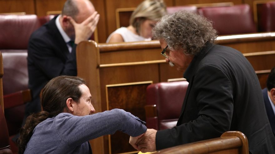Pablo Iglesias y Joan Tardá, se saludan en el Congreso.