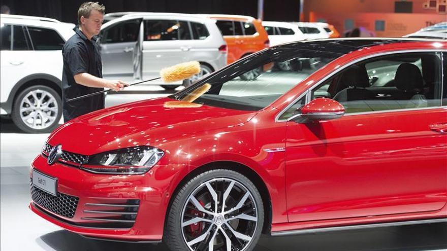 Los títulos de Volkswagen caen más de 13 % tras las acusaciones de falsear emisiones