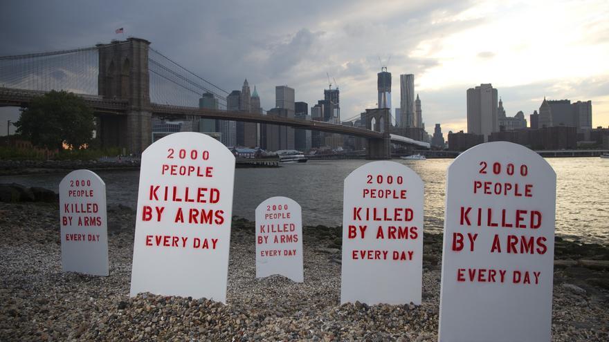 JULIO. Las medidas de control no parecen tener el mismo peso cuando lo que circulan no son personas sino armas. Estas lápidas colocadas a la orilla del East River, en Brooklyn, Nueva York, simbolizan el número de personas asesinadas por la falta de un comercio regulado: 2.000 personas son asesinadas con armas cada día. #TratadoArmas // © Andrew Kelly