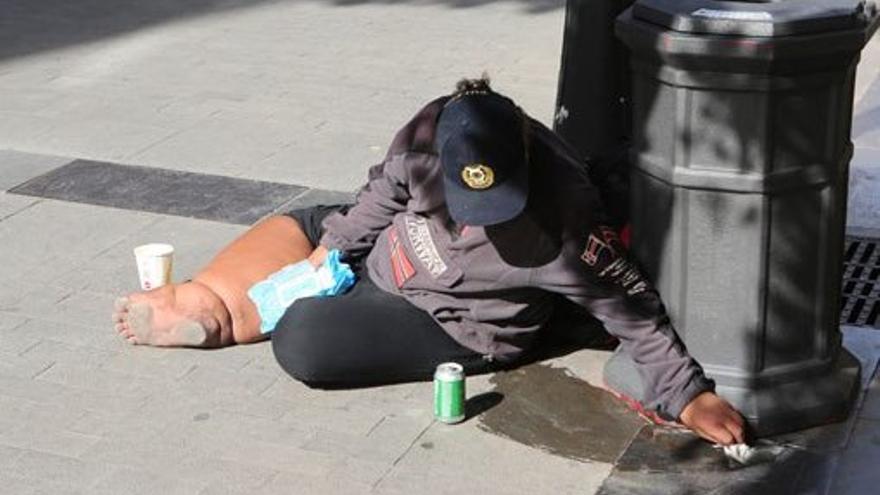 Mujer sintecho en la calle Triana de Las Palmas de Gran Canaria