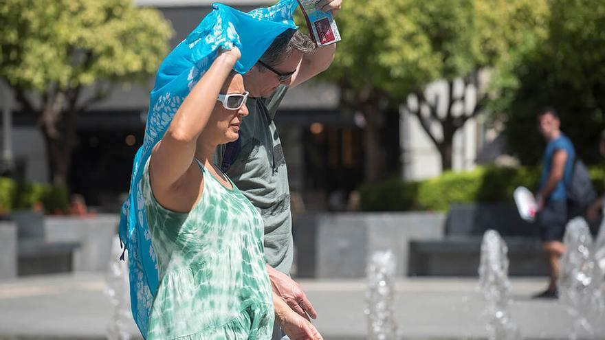 Unas personas se protegen del sol en Córdoba   TONI BLANCO