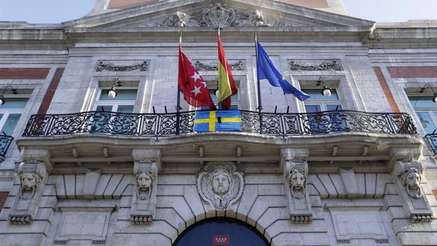 La Comunidad de Madrid coloca en su sede una bandera sueca con crespón