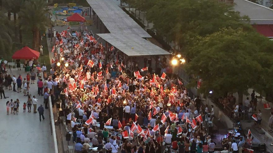 Cientos de personas se han congregado en Elche para el inicio de campaña de los socialistas