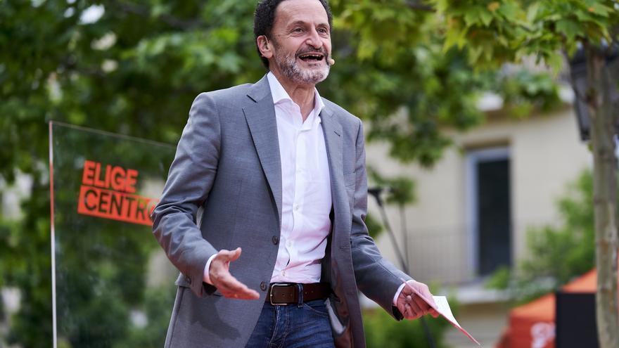 El candidato de Ciudadanos (Cs) a la Presidencia de la Comunidad de Madrid, Edmundo Bal, durante un acto electoral en la Plaza de Chamberí.