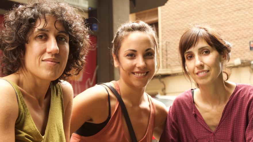 Nuria Muñoz y Eva Libertad García, directoras de `Nikolina´ a la dcha y la izqda flanquean a la actriz principal Marta Megías / E. R.