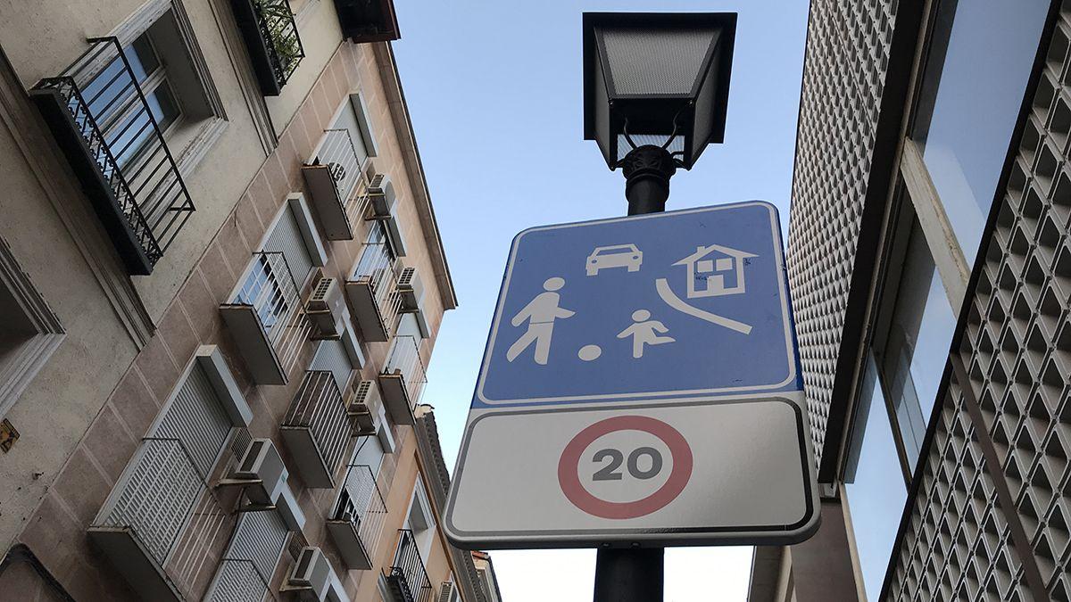 Señal de calle 20 de prioridad peatonal | SOMOS CHUECA