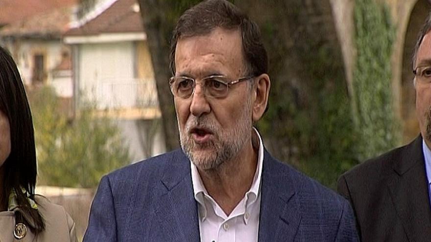 Rajoy visita una residencia de ancianos en Cangas de Onís y le cantan 'Asturias patria querida'