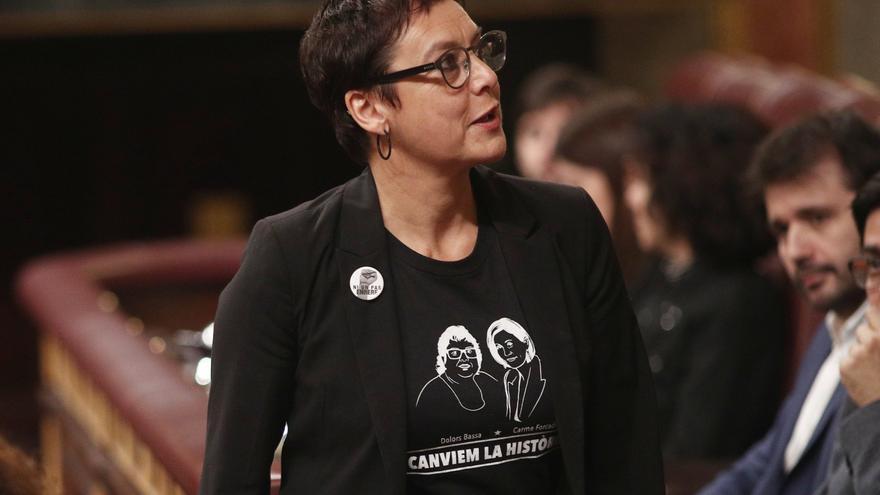 La diputada del ERC y hermana de la presa del Procés, Dolors Bassa, Montserrat Bassa, sube a la tribuna del Congreso para intervenir en la segunda sesión de votación para la investidura del candidato socialista a la Presidencia del Gobierno, en Madrid (España), a 7 de enero de 2020 / Europa Press