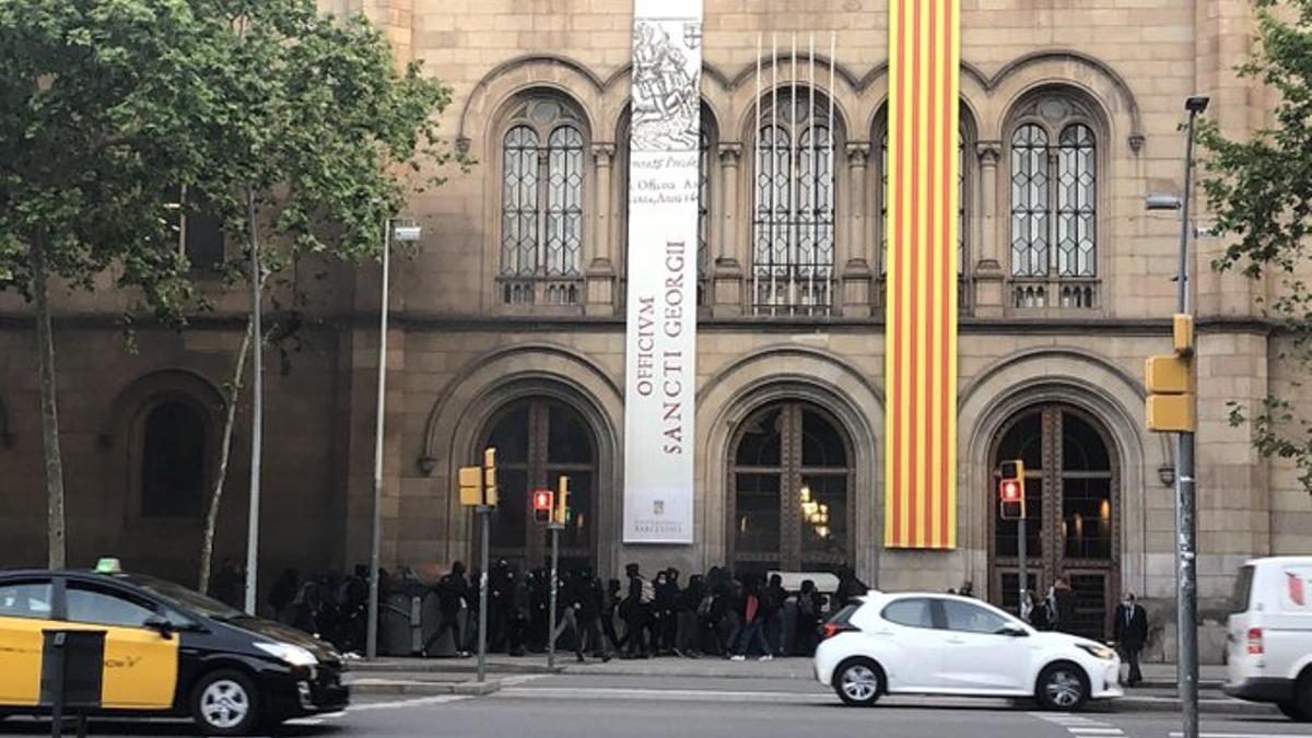 Estudiantes acceden al edificio histórico de la UB