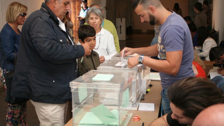 José Luis Mena Mesa, votando en las Casas Consistoriales de Telde