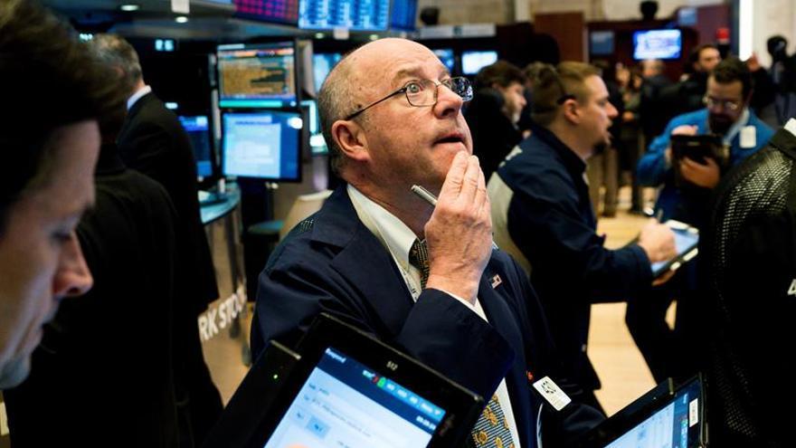 Wall Street se mueve en terreno mixto a media sesión y el Dow baja un 0,14 %