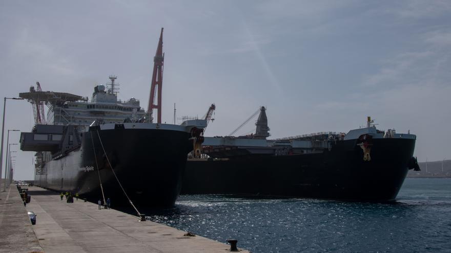 El buque 'Pioneering Spirit', en el Puerto de Granadilla.