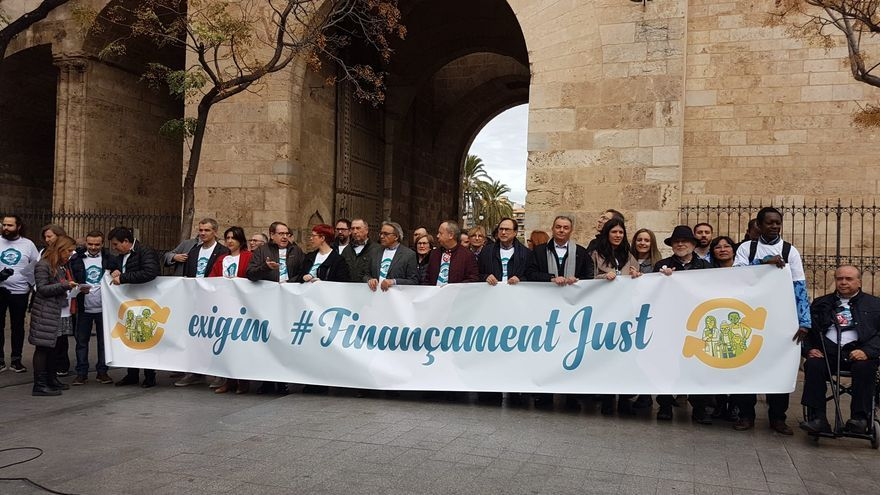 Miembros de la Plataforma pel Finançament Just en Valencia.
