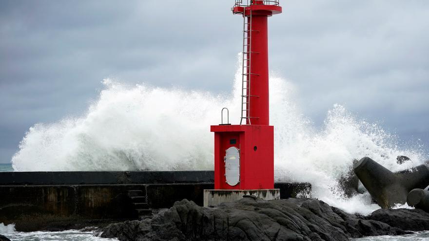 Lluvias torrenciales y vuelos cancelados en Japón por el tifón Chan-hom