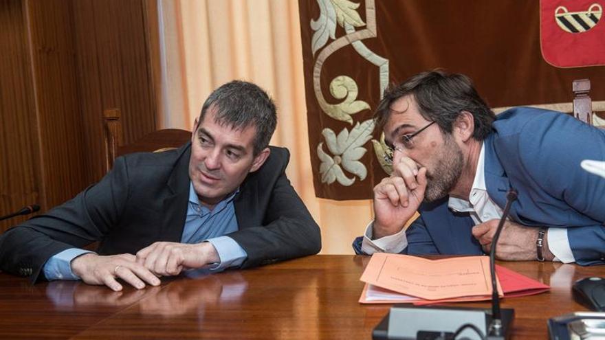 El presidente del Gobierno de Canarias, Fernando Clavijo (i) y el presidente del Cabildo de Lanzarote, Pedro San Ginés (d)