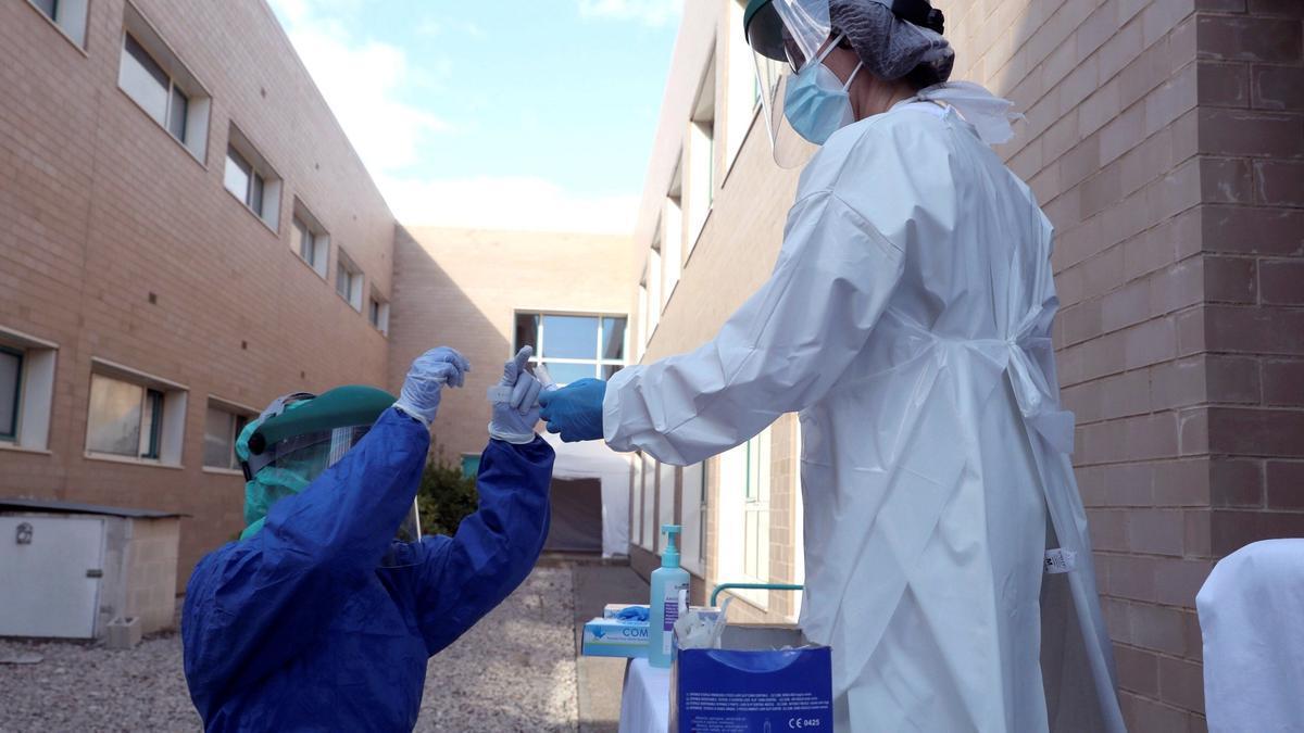 Sanitarias se preparan para hacer test PCR en un Centro de Salud de Ejea de los Caballeros (Zaragoza). EFE/Javier Cebollada/Archivo