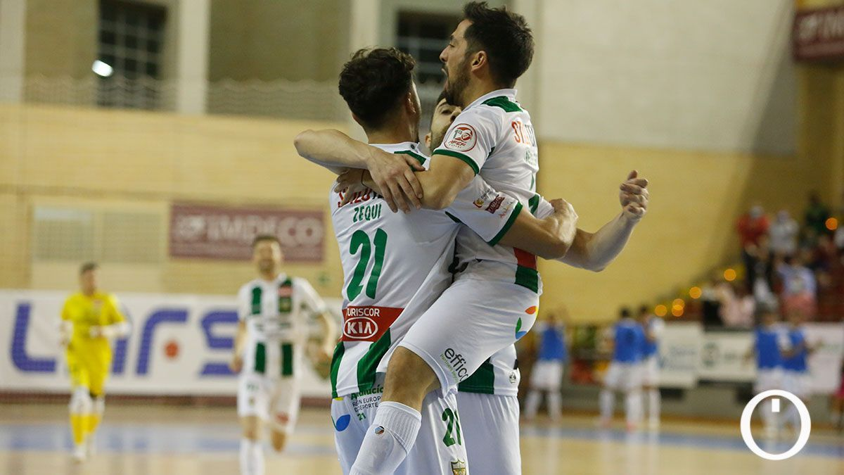 Zequi y Jesulito celebran un gol en Vista Alegre.