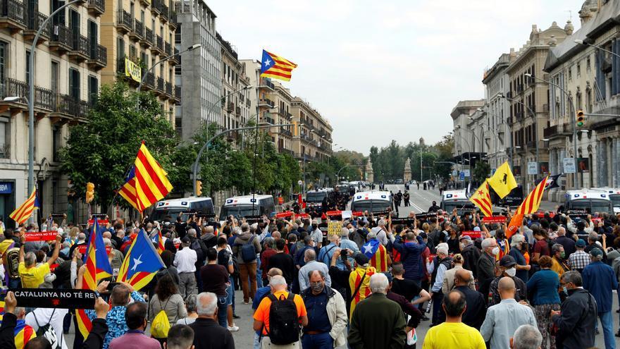 Un millar de independentistas protestan por la presencia del Rey en Cataluña