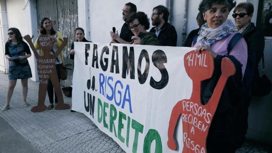 Protesta ante el Parlamento de Galicia en reclamación de una mejor renta de inserción social