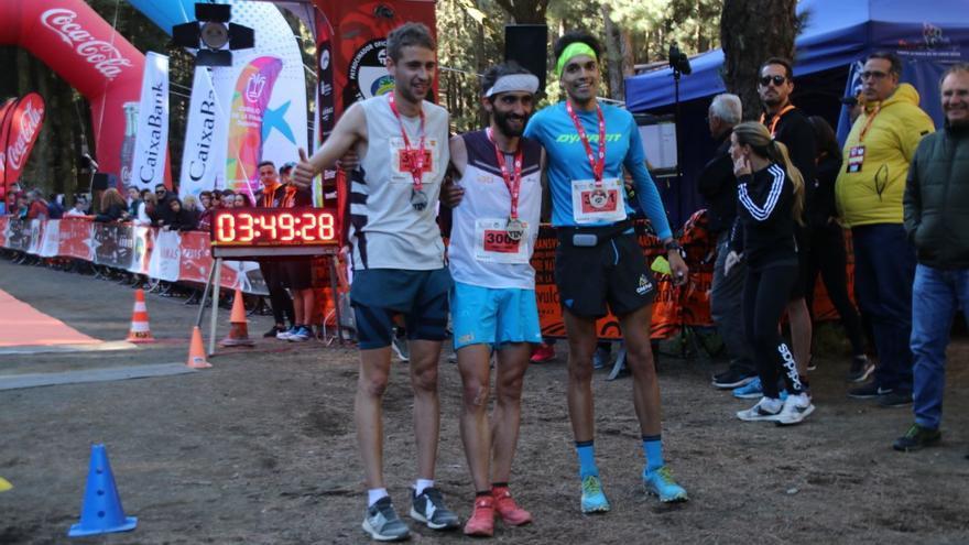 Aritz Egea Cáceres ,Daniel Osanz Laborda y  Yoel de Paz Baeza, los tres primeros clasificados en la modalidad masculina de la Media Maratón Plátanos Canarias 2019