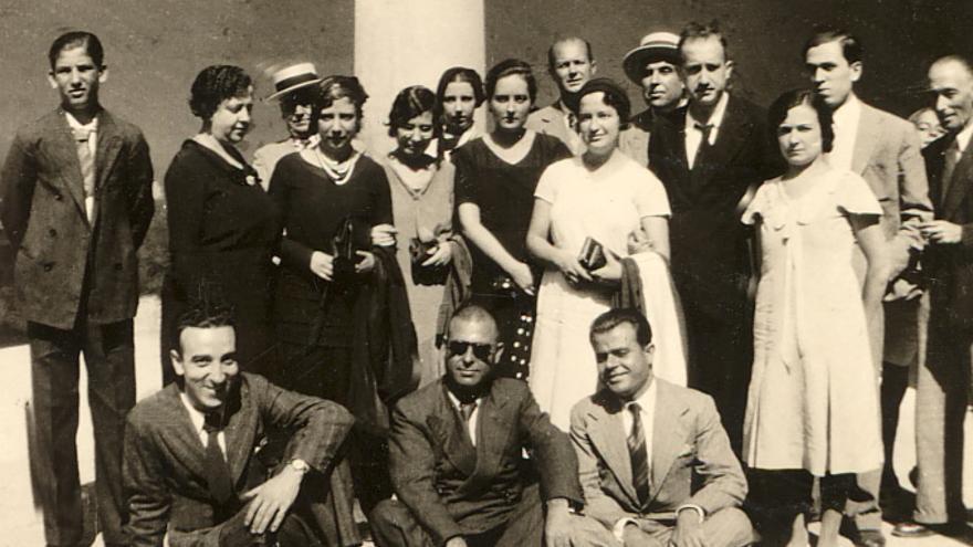 María Cegarra, Carmen Conde y Antonio Oliver con el grupo de la Romería lírica a Oleza en homenaje a Gabriel Miró el 2 de octubre de 1932  Patronato Carmen Conde-Antonio Oliver