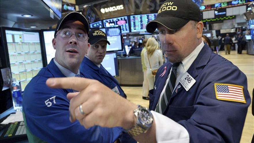 Wall Street mantiene las ganancias a media sesión y busca hacer historia