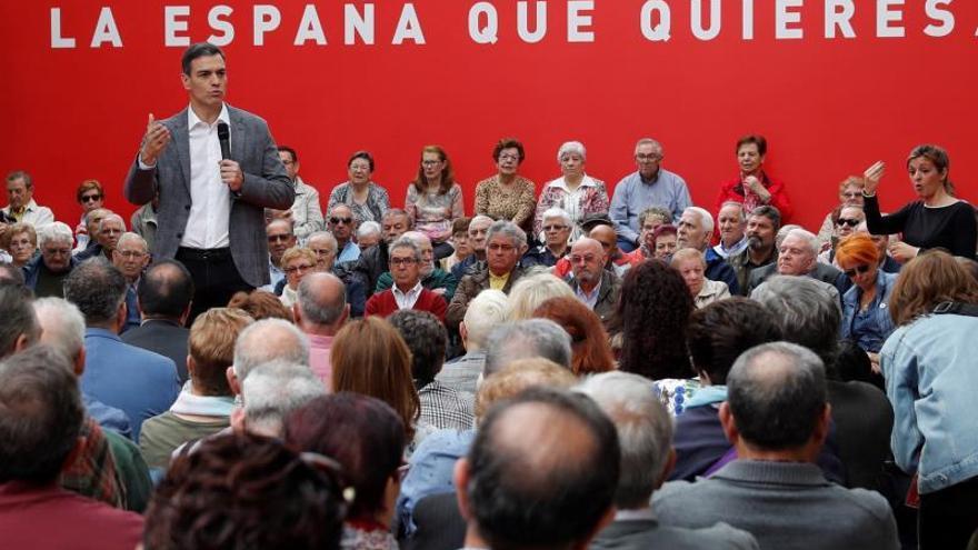 Pedro Sánchez en un acto con mayores.