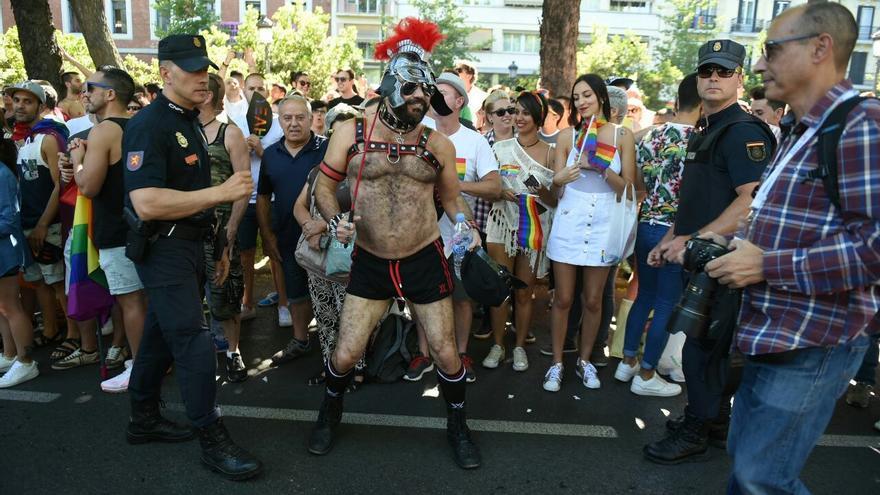 Un hombre disfrazado de romano en el desfile del Orgullo